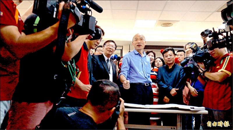 高雄市長韓國瑜昨天體驗「打地鼠」,脫口說出「打抹黑」抒發心情。(記者洪臣宏攝)