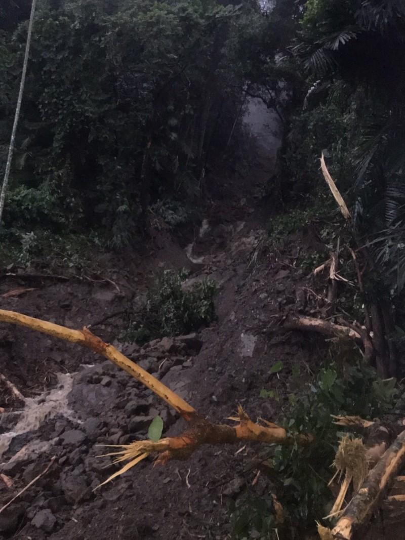 阿里山森林鐵路發生崩坍,今起停駛。(記者蔡宗勳翻攝)