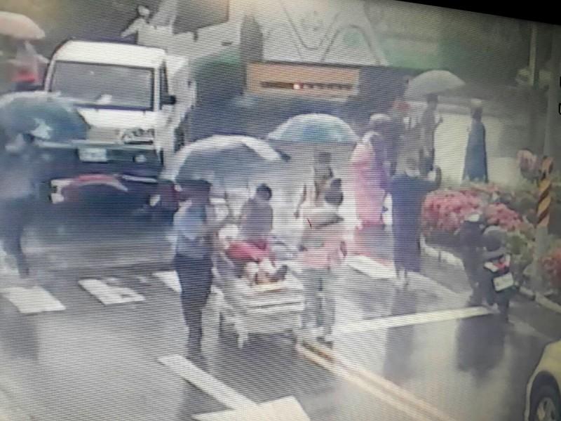 8月13日上午車禍,台南市立安南醫院急診護理師冒大雨救護院前路口車禍傷者。(記者王俊忠翻攝)