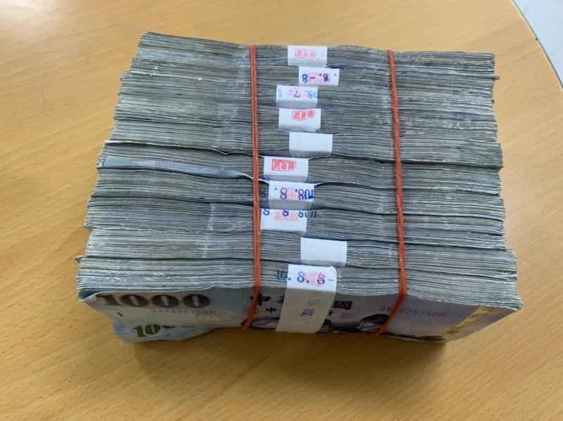 婦人拾獲百萬現金贓款。(記者黃旭磊翻攝)