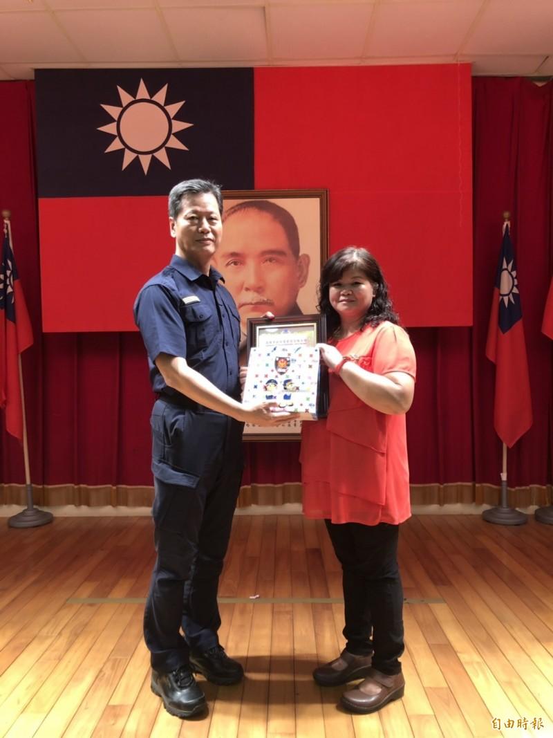 苓雅警分局長李謀旺(左)公開表揚善心婦人。(記者黃旭磊攝)