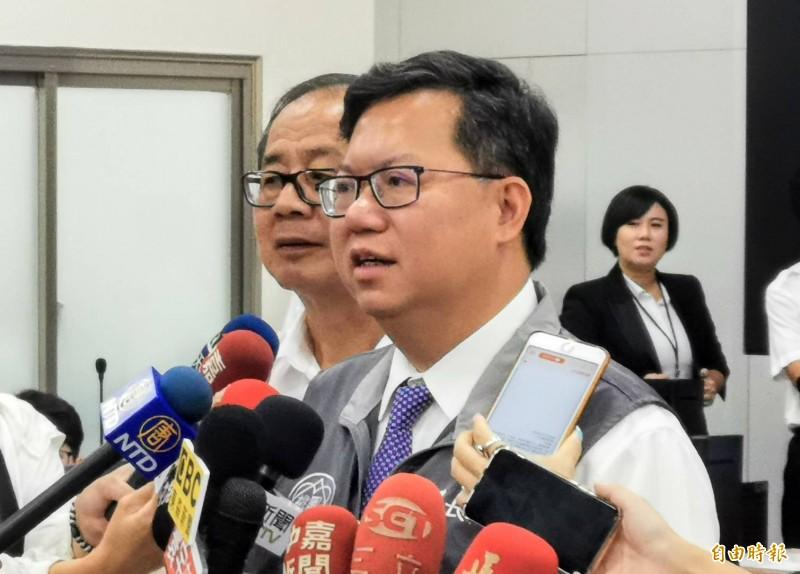 桃園市長鄭文燦說,他每個月要批的公文將近一千份。(記者周敏鴻攝)