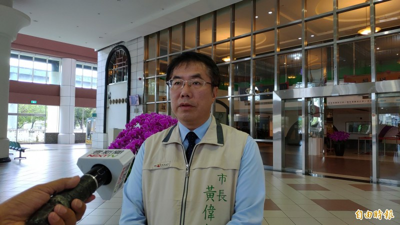 台南市長黃偉哲今表示,他一天約批2、30件公文,光批公文就要花一個半小時。(記者蔡文居攝)