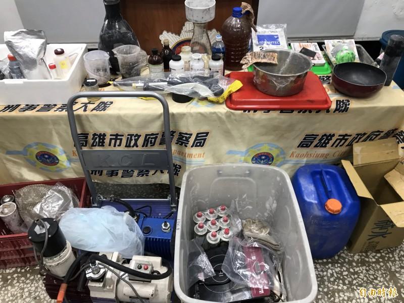 高雄檢警破獲安毒製造工廠,起出大批化學原料、麻黃素、液態安毒和製造工具。(記者黃良傑攝)