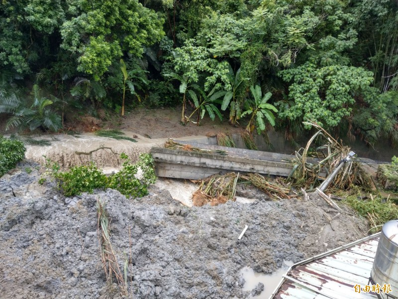 南投名間鄉爆發土石流,大量土石衝向聚落溪溝,沖毀橋梁。(記者劉濱銓攝)