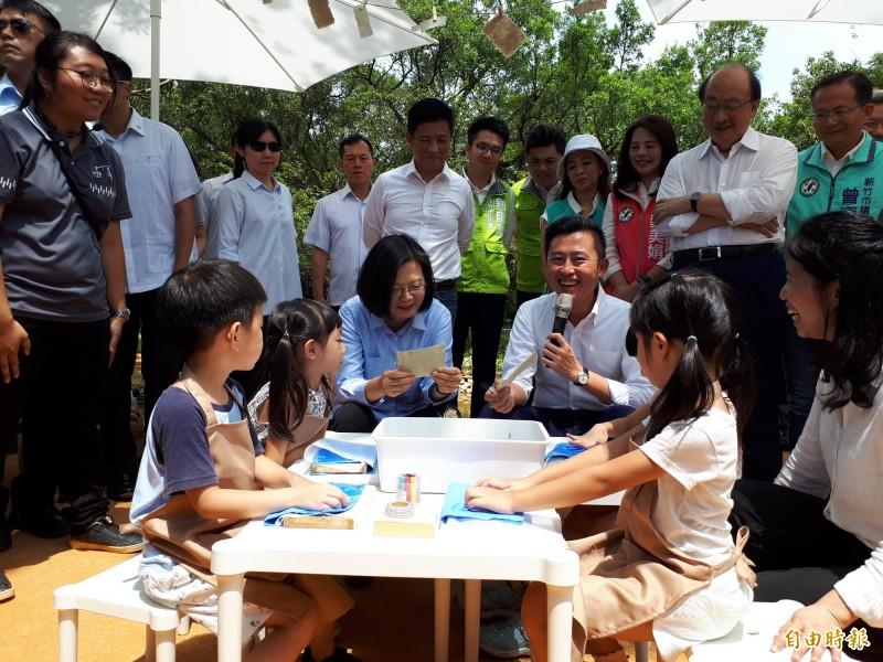 總統蔡英文今天搶先參觀再生後的新竹市立動物園,除肯定市長林智堅的努力與政績,更在小朋友利用河馬便便做成的紙上簽名,與小朋友親切互動及拍照。(記者洪美秀攝)