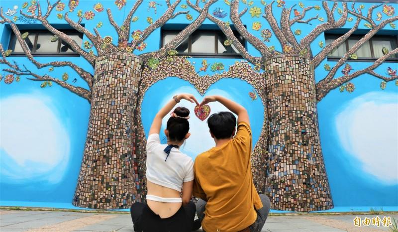北門遊客中心馬賽克拼貼而成的愛心樹,非常適合情侶、全家福、閨蜜朋友們在愛心樹前合影。(記者楊金城攝)