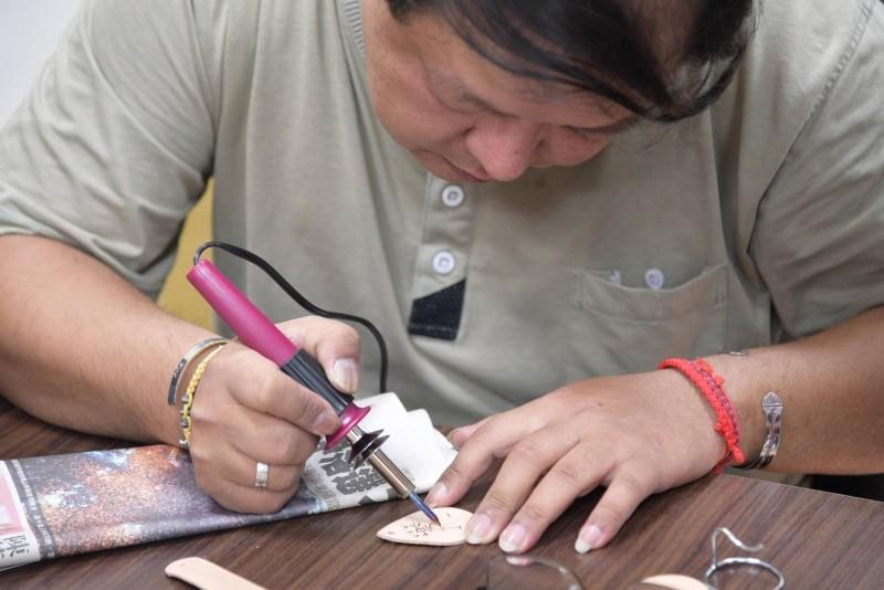 參加皮雕職訓課程 結訓後開皮革店當老闆