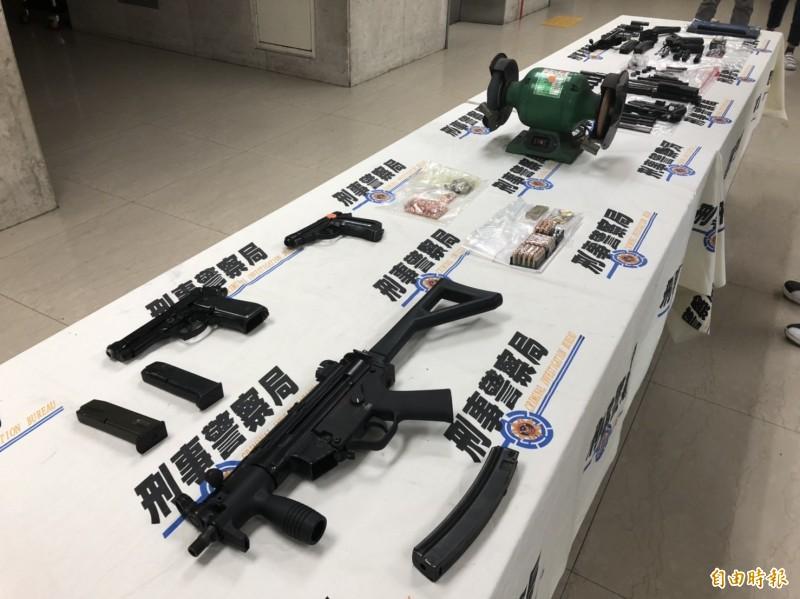 警方查扣仿MP5衝鋒槍1把、仿貝瑞塔手槍1把,以及子彈82顆、火藥、手槍零件、槍管設計圖等大批贓證物。(記者 邱俊福攝)