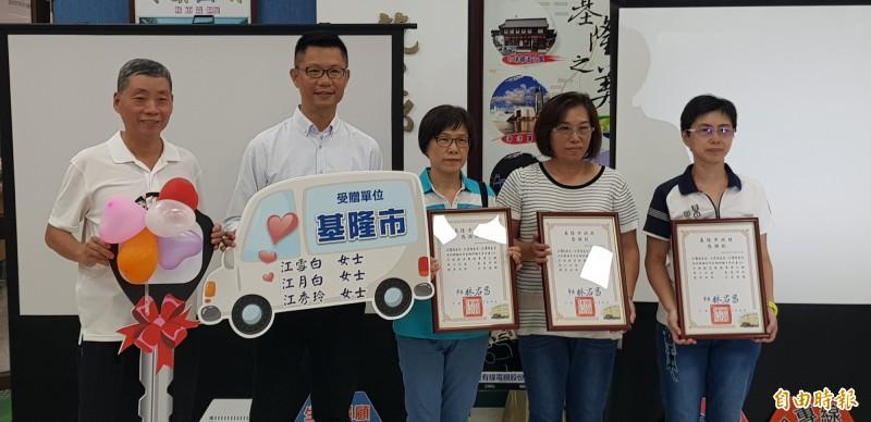 江家三姐妹捐九人座無障礙接送車 延續往生父母大愛