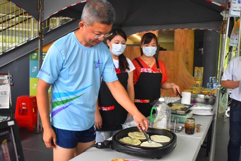 三星鄉長李志鏞(左1)使用三星蔥煎蔥油餅,為活動代言。(記者江志雄翻攝)