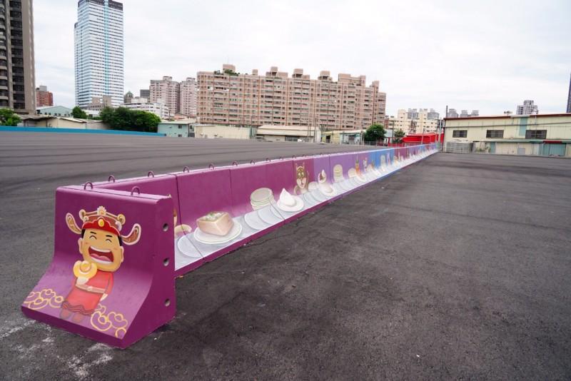 大慶夜市佔地上千坪,周圍護欄都以紫色調、粉色調做基底。(記者許國楨翻攝)