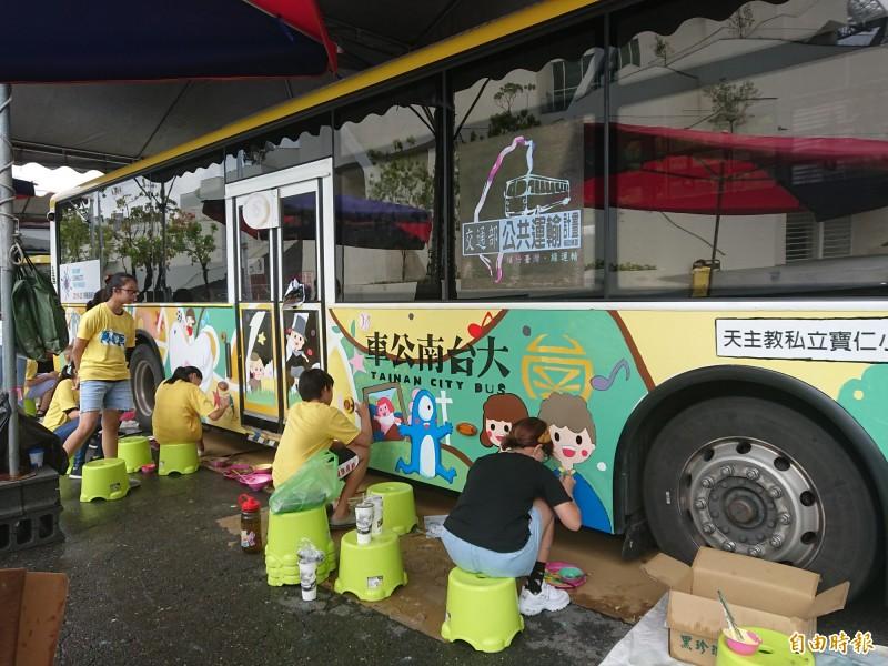 小朋友集體創作彩繪公車。(記者洪瑞琴攝)