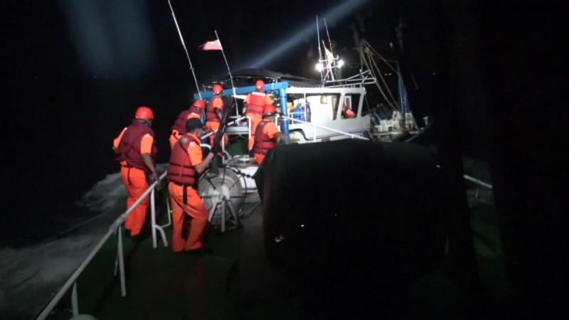 金門海巡隊暗夜中追逐中國籍漁船準備強靠登檢。(圖由金門海巡隊提供)