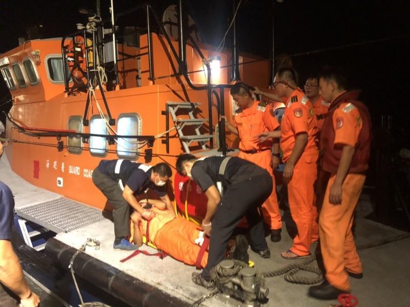 金門消防人員正為執行取締任務受傷的海巡弟兄進行包紮。(圖由金門海巡隊提供)