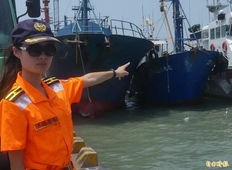 金門海巡隊員手指左起第2艘漁船就是中國「龍浮山044號」。(記者吳正庭攝)