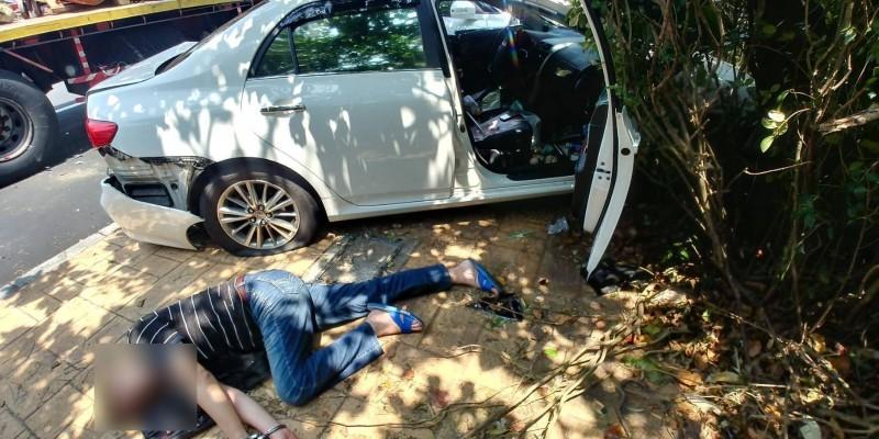 楊姓毒品通緝犯今遭楊梅警方鎖定,駕車衝撞欲兔脫,還吞服1包海洛因企圖滅證。(記者許倬勛翻攝)