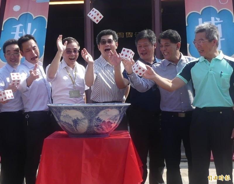 金門中秋博狀元餅活動舉行發布會,由副縣長黃怡凱(右4)與金門縣旅行商業同業公會理事長林永標(左2)等人共同擲出第一骰。(記者吳正庭攝)