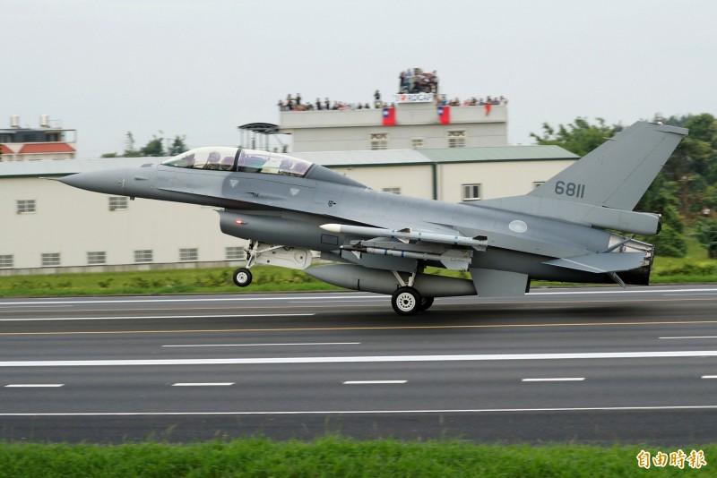 川普政府將提出金額80億美元(約新台幣2500億元)的對台軍售案交由國會審查,據悉就是我國防部今年初向美方提出的66架F-16V軍購。圖為我空軍已服役的F-16V。(路透)