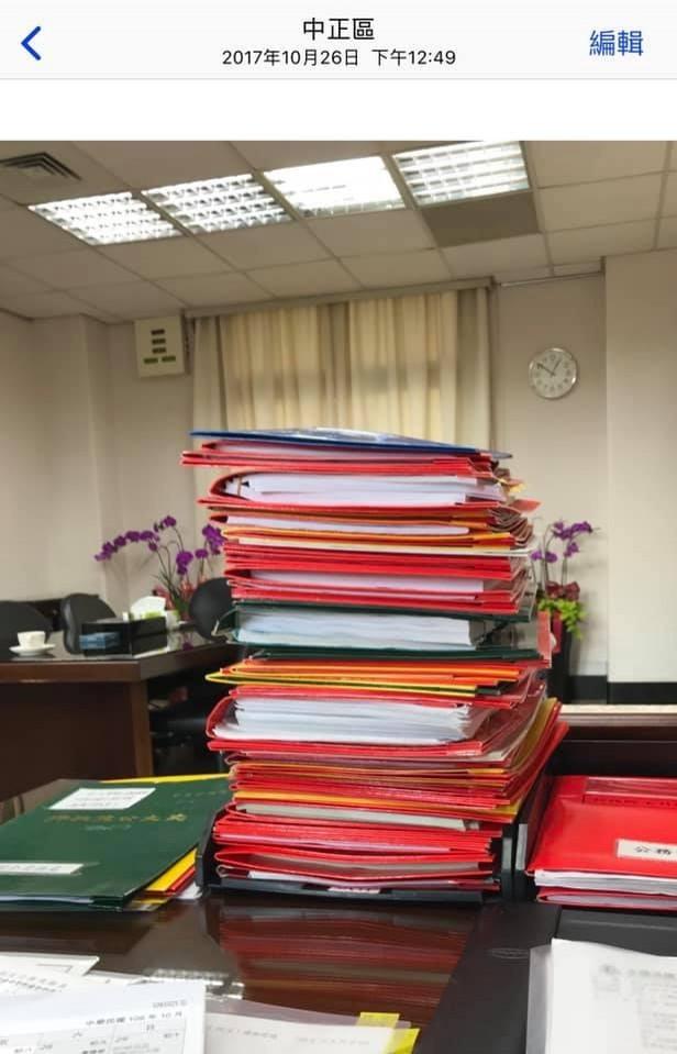 民進黨主席卓榮泰今晚也在臉書上po出過去自己在行政院工作時桌上的公文照,酸韓國瑜1天只批10件公文是在保留體力!(圖擷取自卓榮泰臉書)