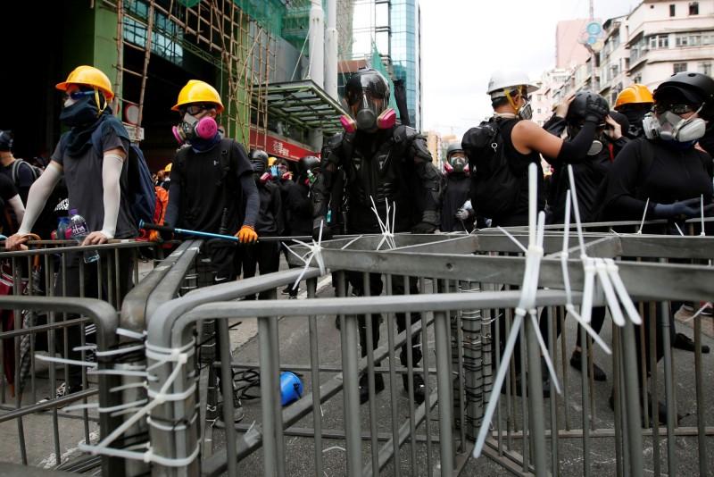 香港本週週末的遊行全遭警方發出反對通知書,僅允許集會。圖為上週末的深水埗遊行。(歐新社)