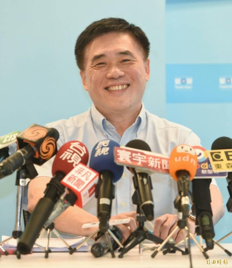 國民黨副主席郝龍斌代表吳敦義邀請郭台銘進行「吳郭會」,16日下午出面說明。(記者劉信德攝)