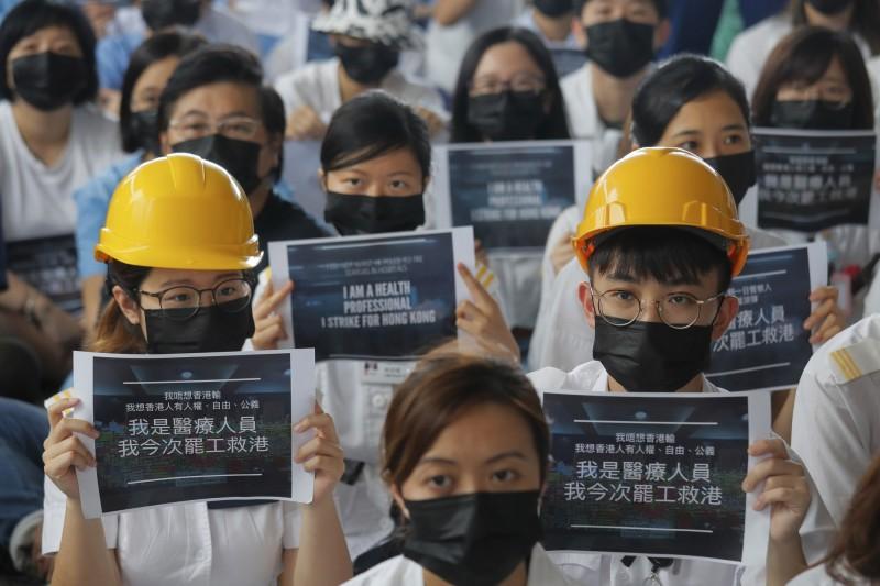 香港「反送中」持續延燒,港人紛紛走上街頭表達訴求。圖為香港醫護人員13日發起抗議集會。(資料照,美聯社)