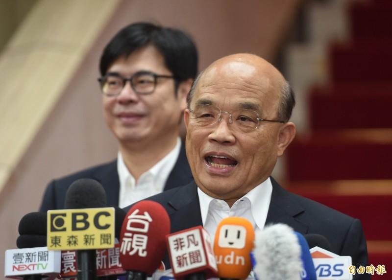 行政院副院長陳其邁聽聞韓國瑜1天批10件公文,在蘇院長背後笑出來。(記者劉信德攝)