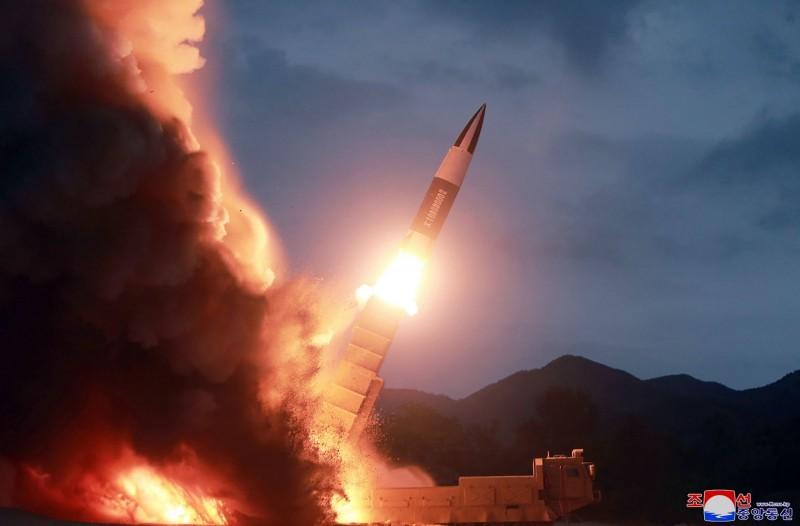 南韓軍方表示,北韓在今天上午從江原道的通川郡,向海上發射2枚不明飛行物,落入東岸外海。(美聯社資料照)