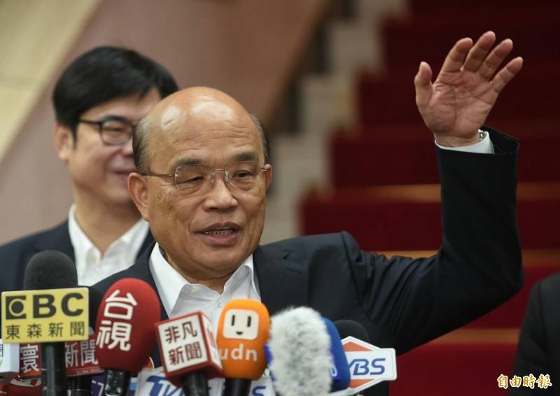 行政院長蘇貞昌以手勢形容每天的公文有這麼高。(記者劉信德攝)