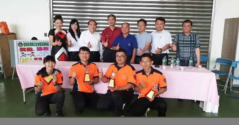 台南市消防之友會第五辦事處今頒發獎勵金,鼓勵成功搶救OHCA患者之4名救護員卓佳瑩(前左起)、李俊賢、邱典軍、林威男。(第五救災救護大隊提供)