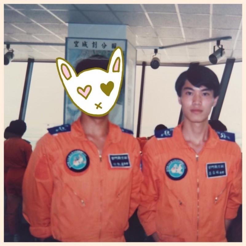 有網友認為林右昌年輕時帥度贏過年輕時的交通部長林佳龍。(圖取自臉書粉絲專頁《貓與邪佞的手指》)