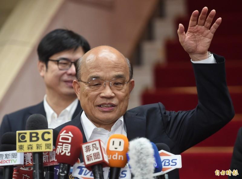 蘇貞張表示,自己批的公文推起來比人還高。(記者劉信德攝)