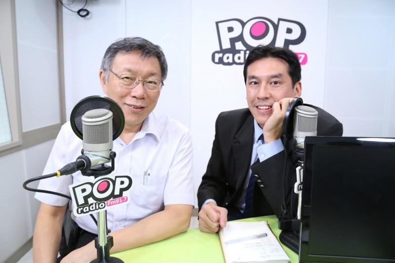 台北市長柯文哲(左)接受廣播節目《POP撞新聞》主持人黃暐瀚專訪。(POP撞新聞提供)