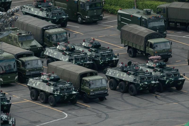 中國武警16日集結深圳。中國解放軍日前也曾放話,從深圳灣體育中心出發,抵達香港只需要10分鐘,頗有警告威脅意味。(法新社)
