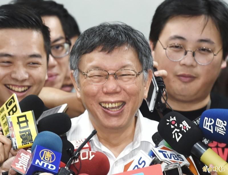 高雄市長韓國瑜前天說他1天至少批10件公文,台北市長柯文哲今早表示,重點不是蓋幾件公文,而是什麼樣的公文跟到底有沒有看。(記者方賓照攝)