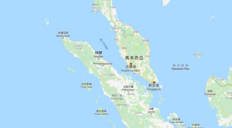 中國油輪裝載伊朗原油違反了美國制裁,竟在航向麻六甲海峽時關掉船艦訊號轉發器,偷偷摸摸換成另一個名字。(圖擷自Google地圖)