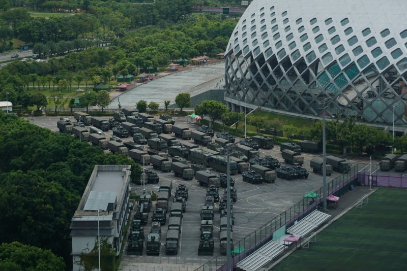 外媒報導,中國政府正調動部隊到香港邊境,合計派遣約1萬武警於深圳待命。圖為外媒曝光武警在深圳集結的畫面。(美聯社)