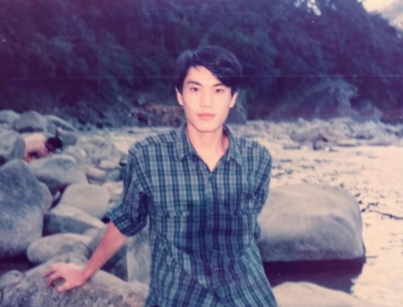 林右昌年輕時身材精壯,照片曝光後讓網友大嘆,「胸口濕一片太母湯了」。(圖取自臉書粉絲專頁《貓與邪佞的手指》)