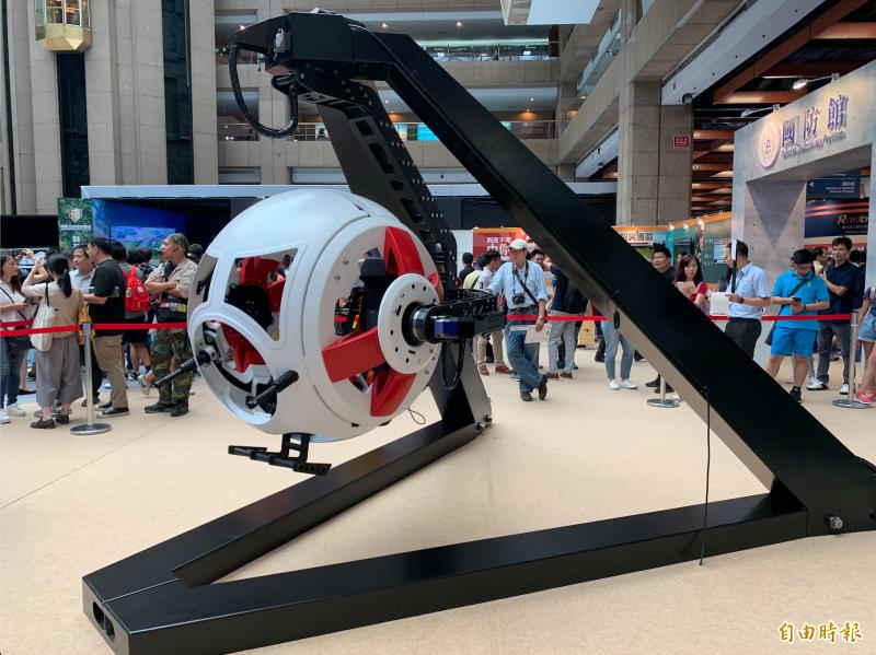 「旋轉槍塔模擬系統」以二戰為劇情背景結合VR實境,打造可360°旋轉的球型座艙。(記者周采薇攝)