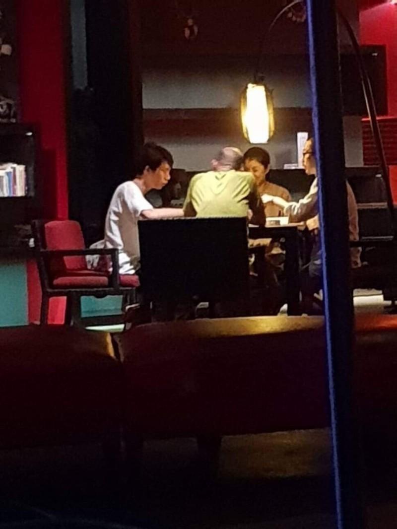 韓國瑜今年過年期間在峇里島打麻將的照片,被民眾拍下。(市議員林智鴻提供)