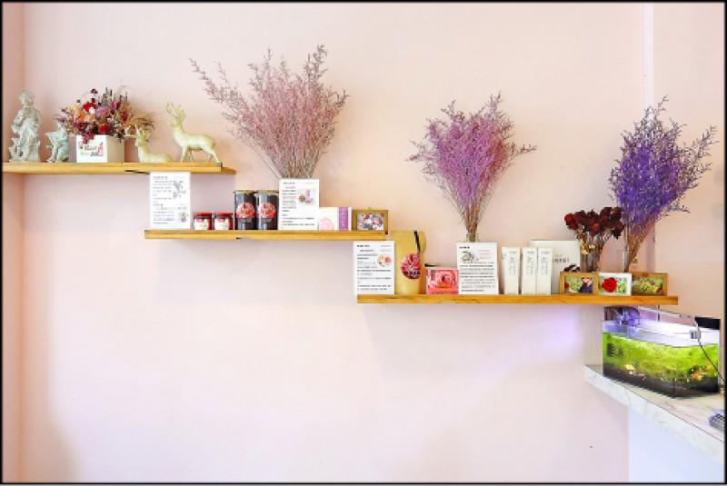 店裡的陳列架上亦售有大花農場自有品牌的玫瑰相關商品。(記者李惠洲/攝影)