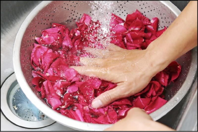 因玫瑰花來自大花農場的有機栽培,只需過水清洗掉塵土即可食用。(記者李惠洲/攝影)