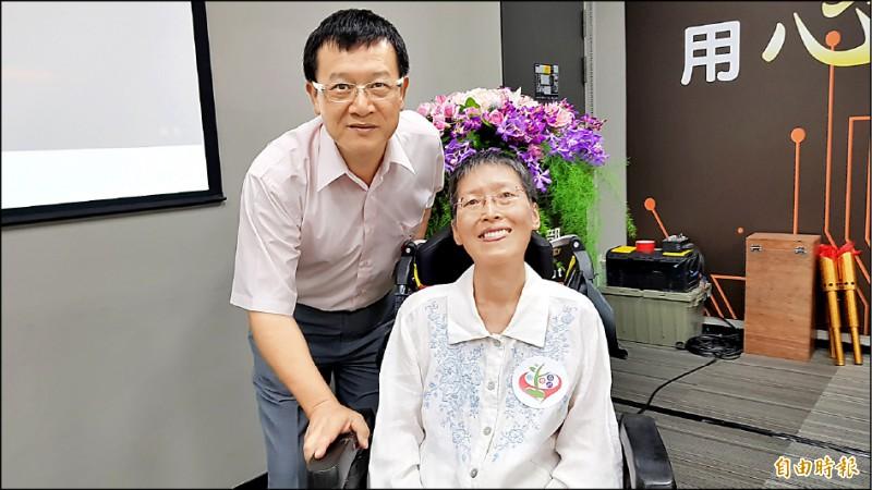 57歲的漸凍症患者陳俊芝(右)參加這次的實驗,她用僅存的聲音吃力地在發表會中訴說感謝,並由丈夫黃景祥(左)在旁補充說明。(記者簡惠茹攝)