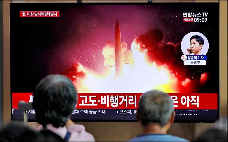 南韓民眾十六日在首爾火車站觀看有關北韓當天再度試射飛彈的新聞報導。(美聯社)