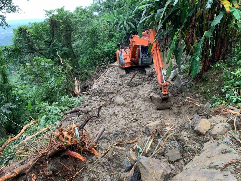 阿里山林鐵樟腦寮路段嚴重崩塌。(記者林宜樟翻攝)