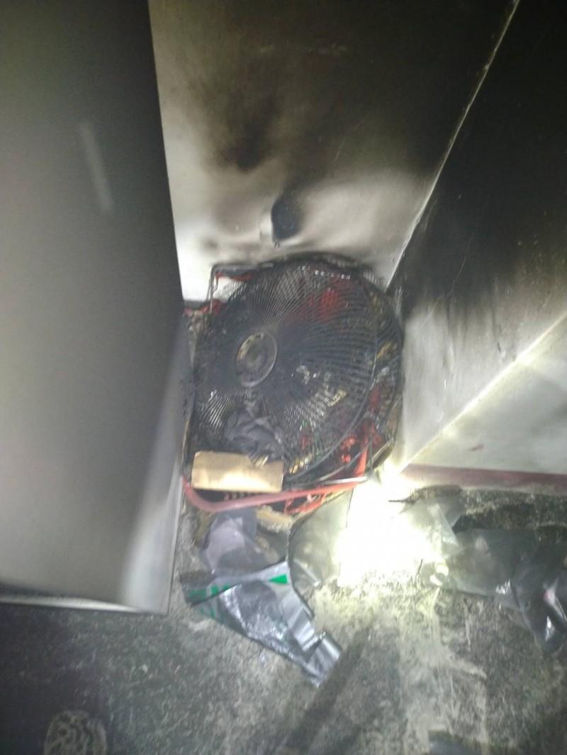 起火原因疑似是電風扇電線老舊起火惹禍,目前已順利撲滅火勢,燒火面積約0.5坪,現金及票券暫無大礙。 (記者王峻祺翻攝)