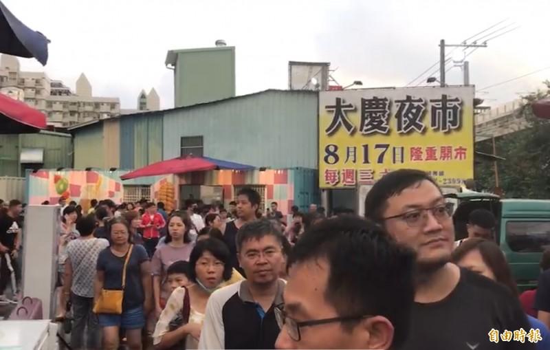大慶夜市17日開幕,人潮滿滿。(記者蔡淑媛攝)