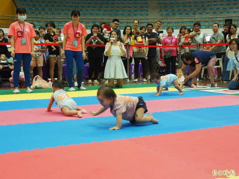 超可愛!寶寶爬行比賽狀況百出 爸媽比萌寶還急