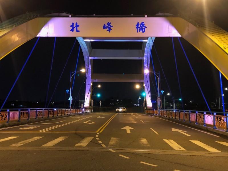 北峰橋黃色鋼拱圓弧造型,已成為霧峰區重要地標。(台中市政府提供)